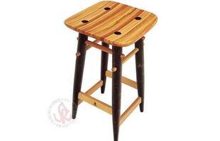 Autor de cerca de 1,2 mil peças de mobiliário, o designer carioca tem o trabalho com a madeira como sua marca registrada. Ele foi precursor em criar a identidade do design brasileiro. Na foto, banco Nine, de 2000