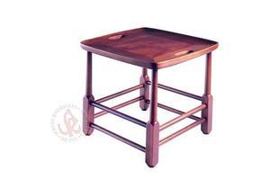 Autor de cerca de 1,2 mil peças de mobiliário, o designer carioca tem o trabalho com a madeira como sua marca registrada. Ele foi precursor em criar a identidade do design brasileiro. Na foto, banco Magrini, de 1963