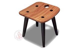 Autor de cerca de 1,2 mil peças de mobiliário, o designer carioca tem o trabalho com a madeira como sua marca registrada. Ele foi precursor em criar a identidade do design brasileiro. Na foto, banco Sonia, de 1997