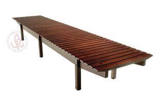 Autor de cerca de 1,2 mil peças de mobiliário, o designer carioca tem o trabalho com a madeira como sua marca registrada. Ele foi precursor em criar a identidade do design brasileiro. Na foto, banco Mucki, de 1958