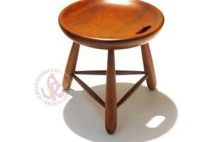 Autor de cerca de 1,2 mil peças de mobiliário, o designer carioca tem o trabalho com a madeira como sua marca registrada. Ele foi precursor em criar a identidade do design brasileiro. Na foto, banco Mocho, de 1954
