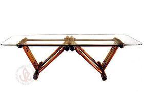 Autor de cerca de 1,2 mil peças de mobiliário, o designer carioca tem o trabalho com a madeira como sua marca registrada. Ele foi precursor em criar a identidade do design brasileiro. Na foto, mesa Jane, de 1997