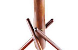 Autor de cerca de 1,2 mil peças de mobiliário, o designer carioca tem o trabalho com a madeira como sua marca registrada. Ele foi precursor em criar a identidade do design brasileiro. Na foto, mesa Coringa, de 1993