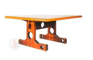 Autor de cerca de 1,2 mil peças de mobiliário, o designer carioca tem o trabalho com a madeira como sua marca registrada. Ele foi precursor em criar a identidade do design brasileiro. Na foto, mesa Labra, de 1997