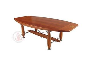 Autor de cerca de 1,2 mil peças de mobiliário, o designer carioca tem o trabalho com a madeira como sua marca registrada. Ele foi precursor em criar a identidade do design brasileiro. Na foto, mesa Jua, de 2004