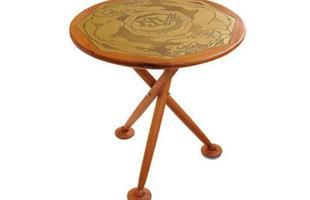 Autor de cerca de 1,2 mil peças de mobiliário, o designer carioca tem o trabalho com a madeira como sua marca registrada. Ele foi precursor em criar a identidade do design brasileiro. Na foto, Mesinha, de 1950