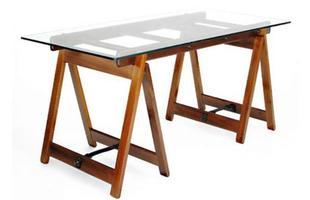 Autor de cerca de 1,2 mil peças de mobiliário, o designer carioca tem o trabalho com a madeira como sua marca registrada. Ele foi precursor em criar a identidade do design brasileiro. Na foto, mesa Cavalete, de 1950