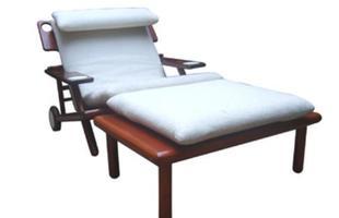 Autor de cerca de 1,2 mil peças de mobiliário, o designer carioca tem o trabalho com a madeira como sua marca registrada. Ele foi precursor em criar a identidade do design brasileiro. Na foto, espreguiçadeira Roca, de 1996