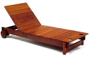 Autor de cerca de 1,2 mil peças de mobiliário, o designer carioca tem o trabalho com a madeira como sua marca registrada. Ele foi precursor em criar a identidade do design brasileiro. Na foto, espreguiçadeira Tajá, de 1978