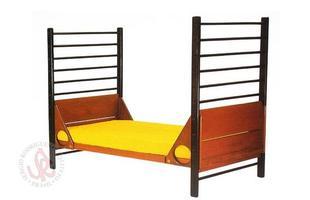 Autor de cerca de 1,2 mil peças de mobiliário, o designer carioca tem o trabalho com a madeira como sua marca registrada. Ele foi precursor em criar a identidade do design brasileiro. Na foto, cama Leo, de 1990