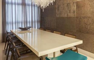Projeto assinado por Estela Netto utiliza tons neutros e coloca a cozinha como destaque em unidade no Sion
