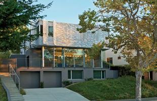 Casa de arquiteto apaixonado ganha fachada inspirada no amor