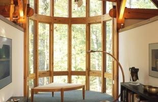 Sozinho, alemão constrói casa de madeira dos sonhos nos EUA