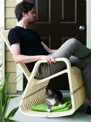 Cadeira de balanço para o dono com espaço para o bichinho