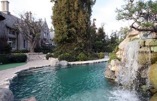 Casa, famosa pelas festas com as coelhinhas da revista, tem mais de 20 mil m², piscina, caverna e até zoológico