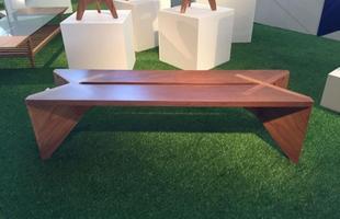 Banco Xingu, design Noemi Saga Atelier, na mostra Be Brasil