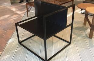 Poltrona Edge, design Gustavo Martini, na mostra Brazil S/A