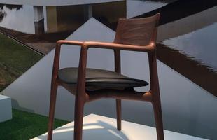 Cadeira Norma, design Jader Almeida para a Sollos, na mostra Be Brasil