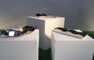Centros de mesa Paisagens (à esq.), Duas Ondas (ao centro) e Gangorra, design Ruy Ohtake para a St. James, na mostra Be Brasil