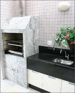 A churrasqueira tem um �rmario do lado, com bancada e pia. � usado para guardar espetos e outro objetos para o preparo do churrasco