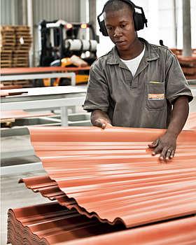 Fabricante oferece telhas em três cores, nos modelos colonial, ondulado, minionda e trapezoidal - Gustavo Andrade/Precon/Divulgação