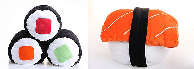 Em formato de roll de salmão, pepino e atum (R$ 70, sem frete) e em formato de niguiri de salmão (R$ 85, sem frete). Na loja virtual www.almofadashoyu.com.br (Divulgação)