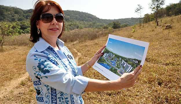 A psicóloga Vânia Nunes Coelho busca agregar valor a um terreno que pretende vender em Betim (Eduardo Almeida/RA Studio)