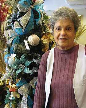 A dona de casa Mariza Barbosa j� come�ou a comprar lembran�as para o Natal (Joana Gontijo/Portal Uai/D.A Press)