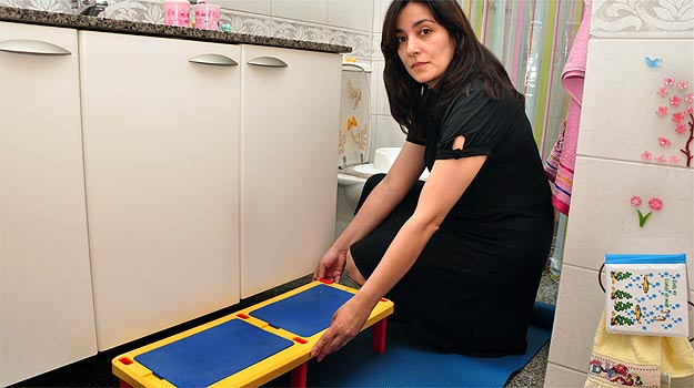 Tapetes antiderrapantes, apoios para facilitar o acesso ao lavabo e assentos de encaixe sobre o vaso sanit�rio s�o alguns itens fundamentais contra acidentes (Eduardo Almeida/RA Studio)