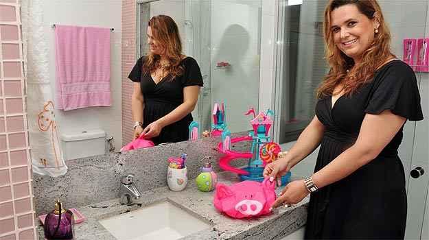 A arquiteta Fl�via Soares diz que � importante ter espa�o para adultos acompanharem o banho e a escova��o dos dentes dos filhos (Eduardo Almeida/RA Studio)