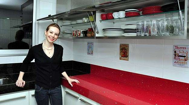 Destacar eletrodomésticos, bancadas e armários é a recomendação da engenheira civil Izabel Souki na hora de fazer o planejamento da decoração das cozinhas compactas - Eduardo de Almeida/RA studio