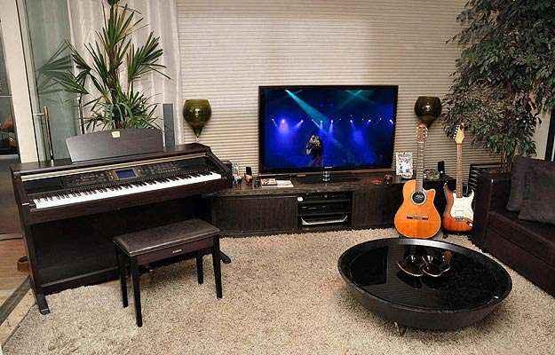 Dispostos na sala de estar ou colocados em um canto, equipamentos musicais podem ser usados de forma despojada (Eduardo Almeida/RA Studio)