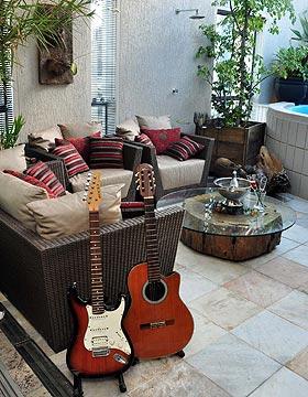 Guitarra e viol�o podem substituir pe�as da decora��o, valorizando o espa�o e traduzindo um estilo de vida jovem e moderno (Eduardo Almeida/RA Studio)