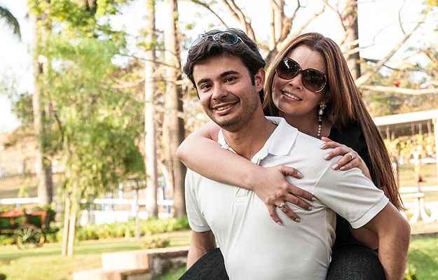 O casal Camila Lanna e Marcelo Paiva, que ganhou uma viagem para Miami, está feliz com o apartamento que comprou um ano antes de se casar  (Cláudia Saddi/Divulgação)
