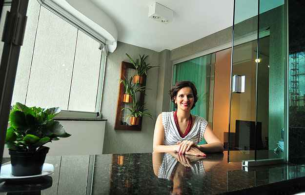 Casada há um ano, Mariana Pimenta diz que priorizou a localização e a funcionalidade na hora de comprar o imóvel (Alexandre Guzanshe/EM/D.A Press)