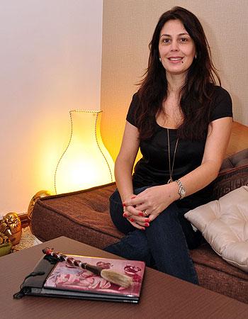 Para a designer de interiores Ana Karina, unir incensos, velas e flores a tapetes e almofadas s�o maneiras simples e eficazes de criar um espa�o zen (Eduardo Almeida/RA Studio)