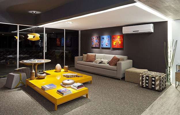 Sala De Estar Na Cor Amarela ~ Nesta sala, o amarelo está presente no lustre e na mesa de centro A