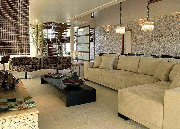 Revestimento fica bem em vários tipos de ambientes internos, como salas de estar, cozinhas e espaços de convivência. Instalação, porém, exige mão de obra qualificada. Na foto, projeto da arquiteta Flávia Ralston (Martin Szmick/Divulgação )