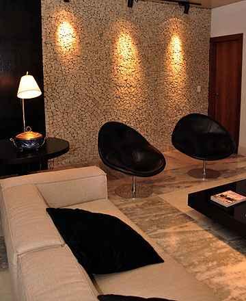 Nas paredes, as lajotas reforçam o estilo rústico, mas com leveza de detalhes, além de permitir criação  de mosaicos, técnica em alta nos imóveis brasileiros (Eduardo Almeida/RA Studio)
