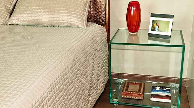 Flexibilidade para ser transformado em móvel permite peças funcionais como esta mesa de cabeceira (Eduardo de Almeida/RA Studio)