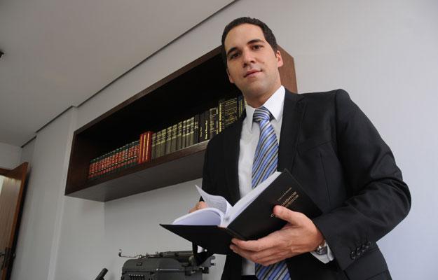 Advogado Roberto Cardoso explica que nos contratos de compra e venda é comum determinar o prazo de tolerância para entrega ou atraso injustificado (Beto Novaes / EM / D.A. Press)