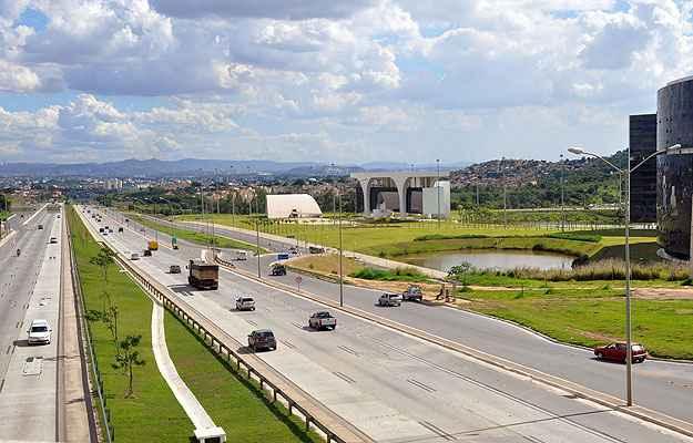 Duplicação da MG-010, a chamada Linha Verde; construção da Cidade Administrativa (D); e reativação do Aeroporto Internacional Tancredo Neves deram novo gás para o desenvolvimento da região (Eduardo de Almeida/RA Studio)