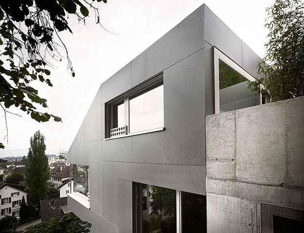 Casa minimalista descansa sobre encosta na su a lugar certo for Casa minimalista historia