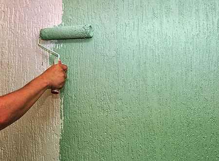 Uso de boa massa corrida e de selador faz com que a parede não<br /><br /><br /><br /><br /><br /> puxe muita tinta e descasque com o tempo (Eduardo de Almeida/RA Studio)