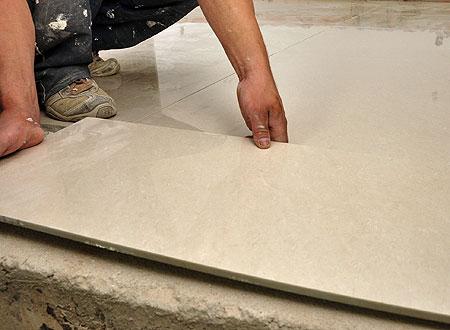 Antes de assentar o piso, uma dica dos profissionais é lavar a<br /><br /><br /><br /><br /><br /> base da peça para facilitar a adesão à argamassa (Eduardo de Almeida/RA<br /><br /><br /><br /><br /><br /> Studio)
