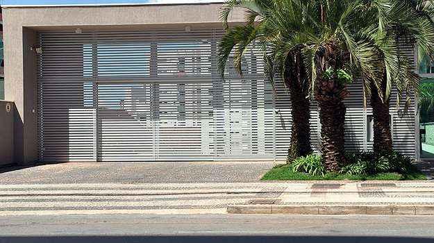 Portão de garagem de condomínio, com câmeras de vídeo, reforça o controle de entradas e saídas (Eduardo de Almeida/EM/D.A Press)