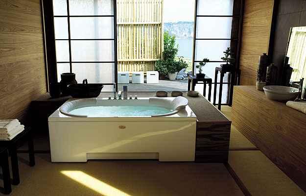 Incluir uma banheira de hidromassagem no projeto é uma das opções (Gianni Antoniali/Divulgação)