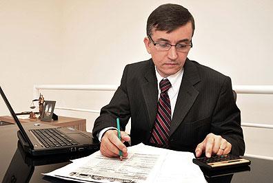 O advogado Paulo Viana diz que o ideal é o interessado buscar se informar para evitar a contratação de curiosos ou aventureiros (Eduardo de Almeida/RA Studio)