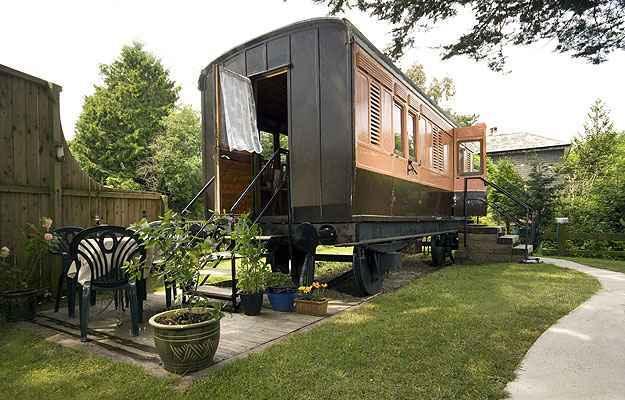 Turistas podem passar a noite em um vagão de trem vintage que foi cuidadosamente convertido em um quarto de hotel (Railholiday/Divulgação)