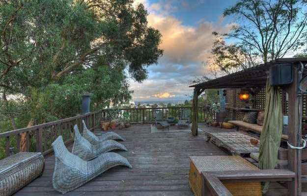 Um deck suspenso leva a casa para o alto de �rvores e chega � paisagem privilegiada de Hollywood Hills (Realtor.com/Divulga��o)